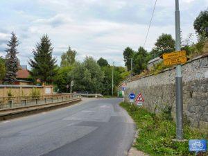 V Řeporyjích u podjezdu A12 odbočuje do Dalejského a Prokopského údolí (2015)