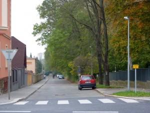 Trasa A239 v Uhříněvsi v ulici Vachkova, ve směru od nádraží k Dubči